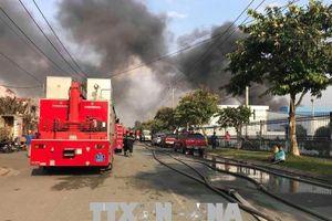 Cháy công ty sản xuất bàn ghế gỗ, khói lửa bốc cao hàng trăm mét