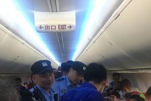 Chờ máy bay cất cánh quá lâu, hành khách mở cửa thoát hiểm cho thoáng