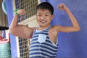 Phía sau nụ cười của cậu bé 11 tuổi được mệnh danh `thủy thủ Popeye`