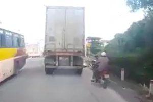 Người đàn ông bất ngờ lao vào gầm xe container tự sát