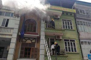 Ngôi nhà 5 tầng bốc cháy giữa trưa nắng