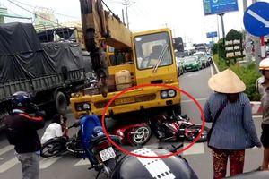 Clip: Hiện trường xe cẩu tông hàng loạt xe máy dừng đèn đỏ, bé trai chết thương tâm
