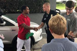 Cậu sinh viên Mỹ đi bộ 32km đến chỗ làm việc được sếp tặng xe hơi