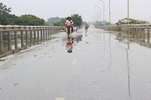 Đường 'xuyên biển' ở Hà Nội thông xe sau nửa tháng chìm trong nước lụt