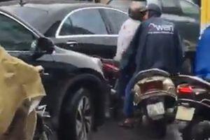Thanh niên đi Lead dựng chân chống chặn đầu ô tô giữa trời mưa