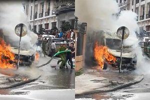 Clip: Ô tô đang cháy ngùn ngụt, xe hút bể phốt phun chất thải dập lửa