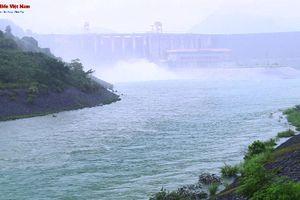 Hồ thủy điện Tuyên Quang xả lũ