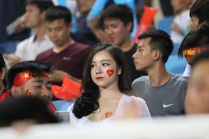 Mỹ nhân 'Nóng cùng World Cup' rực rỡ trên khán đài, tiếp lửa U23 Việt Nam