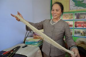Người phụ nữ Hà Nội đầu tiên thử nghiệm thành công dệt khăn lụa từ tơ sen đẹp mê mẩn