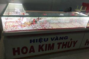Nam thanh niên bịt mặt, cầm búa đập kính cướp tiệm vàng ở Quảng Nam