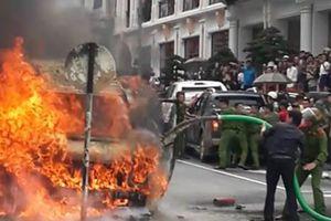 Ô tô khách bốc cháy ngùn ngụt, xe hút bể phốt phun chất thải dập lửa