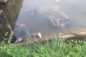 Phát hiện 2 nam thanh niên chết cạnh xe máy dưới mương nước