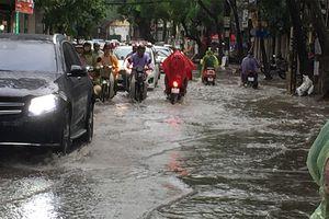 Áp thấp giữa Biển Đông gây mưa giông, gió giật mạnh ở nhiều vùng biển