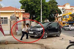Bản tin 8H: Xôn xao vụ bảo vệ đập phá ô tô trước cổng ngân hàng