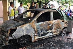 Ô tô của đại úy cảnh sát giao thông bị đốt cháy trước trụ sở