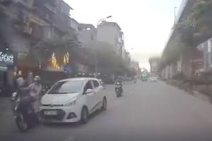 Xe ô tô điên tông hàng loạt xe trên phố vẫn cố tình bỏ chạy