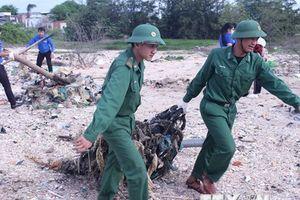 Thanh niên, bộ đội, công an tham gia dọn dẹp bãi biển tại Bình Thuận
