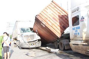 Hai container tông nhau hàng hóa vung vãi, một tài xế bị thương ở Bình Dương
