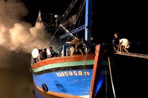 Tàu cá bốc cháy trong đêm, ngư dân mất tiền tỷ