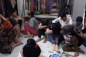Bắt 11 'quý bà' đánh bài ăn tiền tại Cà Mau
