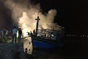 Trước lúc ra khơi, một tàu cá của ngư dân bị thiêu rụi hoàn toàn