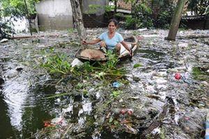 Người dân Chương Mỹ đi chân đất, chèo thuyền vượt rác nhận cứu trợ