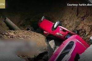 2 ôtô bị 'hố tử thần' nuốt chửng khi đang đi trên đường