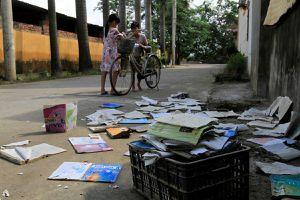 Hà Nội: Học sinh mang sách vở ngập nước lũ phơi bên đường