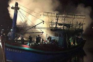 Tàu cá chuẩn bị ra khơi bỗng nhiên bốc cháy trong đêm