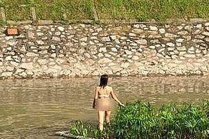 Làm rõ nguyên nhân cô gái mặc nội y đứng trên bè, giữa sông Tô Lịch