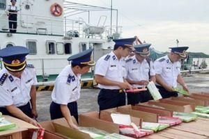 Quảng Ninh: Bắt giữ xuồng máy vận chuyển gần 68 nghìn bao thuốc lá lậu