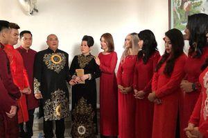 Đám cưới con gái NSND Hồng Vân nổi bật với dàn phù dâu, phù rể toàn diễn viên kịch