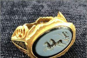 Vô tình tìm thấy nhẫn vàng La Mã có niên đại 1.800 năm rất quý giá