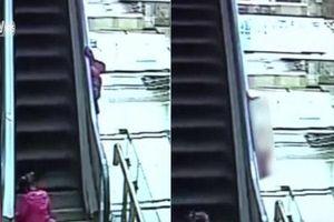 Kinh hoàng clip bé gái 3 tuổi ngã từ thang cuốn ở siêu thị tử vong