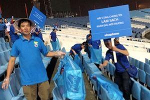 Hành động đẹp của CĐV Việt Nam tại giải bóng đá Cup VinaPhone 2018