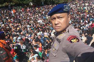 Du khách mệt mỏi chen lấn sơ tán khỏi vùng động đất Indonesia
