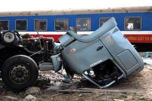 Phá cabin cứu tài xế sau tai nạn giữa tàu lửa và xe tải
