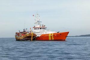 Cứu nạn 22 thuyền viên tàu cá gặp nạn trong thời tiết biển động mạnh
