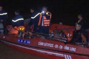 Sà lan chở gạch lật úp trên sông Cổ Chiên, bé gái 6 tuổi mất tích