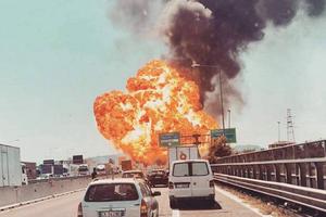 Cầu đổ sập, khói ám đen tại hiện trường vụ nổ xe chở dầu ở Italy khiến ít nhất 72 người thương vong