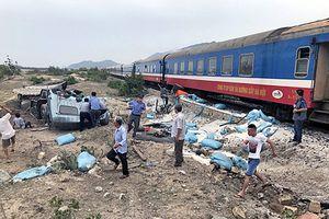 Ninh Thuận: Tàu hỏa húc văng xe tải, đầu máy trật đường ray