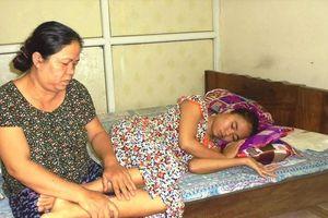 Xót xa cảnh đời cô giáo chồng mất, 11 năm nuôi con bại liệt