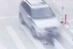 Bé trai bị ô tô đâm văng vì mẹ mải xem điện thoại