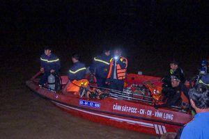 Chìm sà lan, bé gái 6 tuổi mất tích