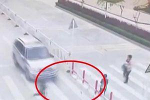 Phẫn nộ clip mẹ mải xem điện thoại để con trai bị ô tô húc văng khi sang đường