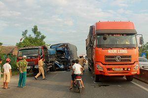 Tránh hai con bò, ôtô tải gây tai nạn liên hoàn khiến 2 người bị thương nặng