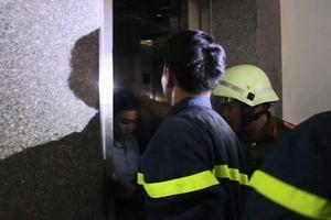Bị kẹt thang máy giữa tầng 5, nữ nhân viên hoảng loạn