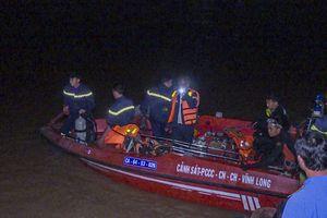 Vĩnh Long: Chìm sà lan chở gạch, bé gái 6 tuổi mất tích