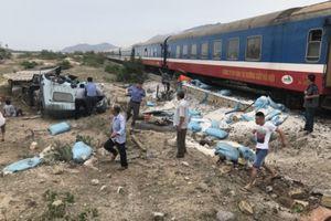 Ô tô vượt ẩu khiến tàu trật bánh ở Ninh Thuận