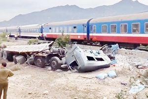Hai người bị thương nặng trong vụ tàu lửa tông xe tải ở Ninh Thuận